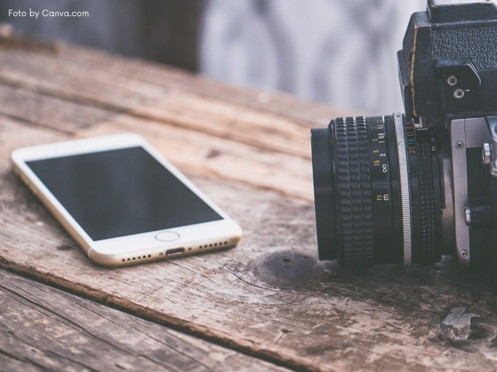Aktuelle Handys, neue Smartphones - Handy neben Kamera
