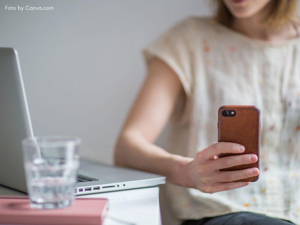 Aktuelle Handys, neue Smartphones - Frau mit Smartphone in der Hand